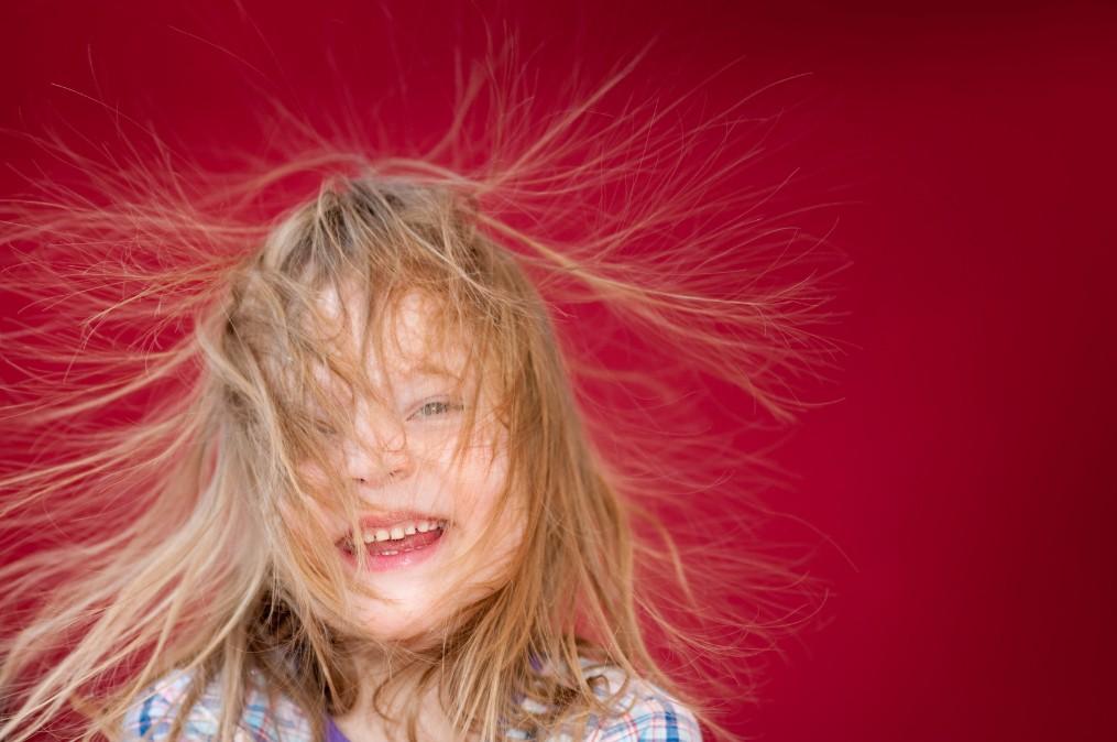 【頭から放電】髪が静電気で広がる3つの原因と抑える対策法