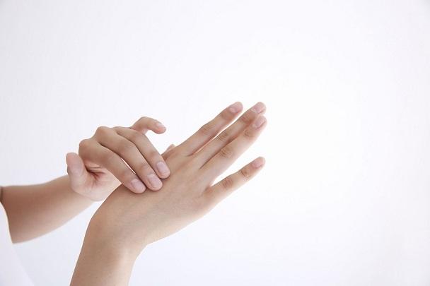指がばねのようになってしまう「ばね指」の自宅での治し方